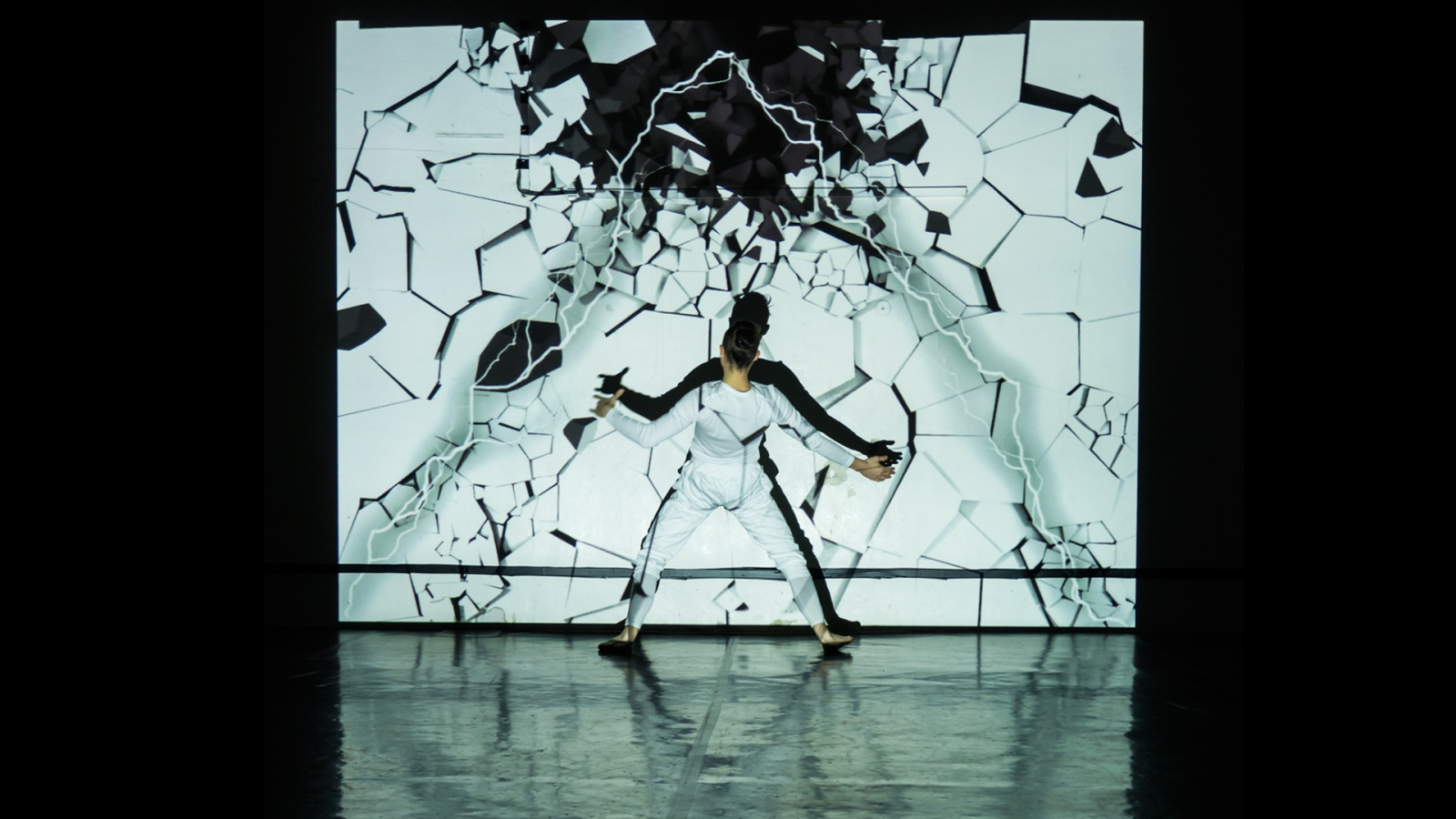 acrobat performing in projection mapping performance pantokine